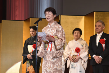 受賞者を代表してご挨拶する釜我敏子さん