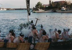 第一段落:「諸田舟神事」で2隻の諸田船の舵子が水をかけあう場面(PC131707左中央)