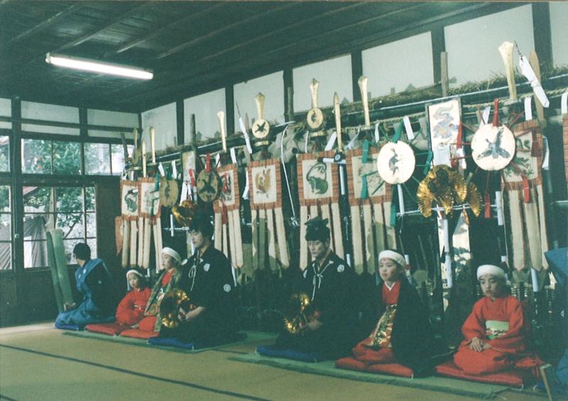 第二段落:「青柴垣神事」で頭屋が2人並んで座っている場面(PC131731左2枚画質良い方)