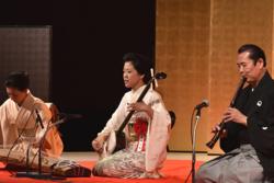 地歌「茶の湯音頭」を披露する福田栄香さん
