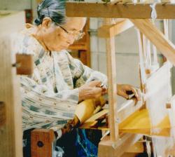 花織を織る宮平初子