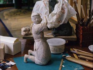 木彫の骨組に桐塑で肉づけされる