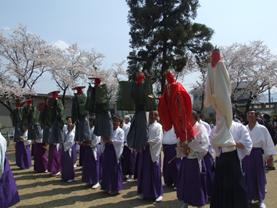 諏訪神社の境内に居並ぶ人形たち