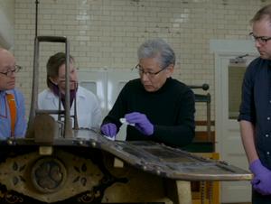 ロンドンの博物館で漆器のメンテナンスを指導する室瀬氏